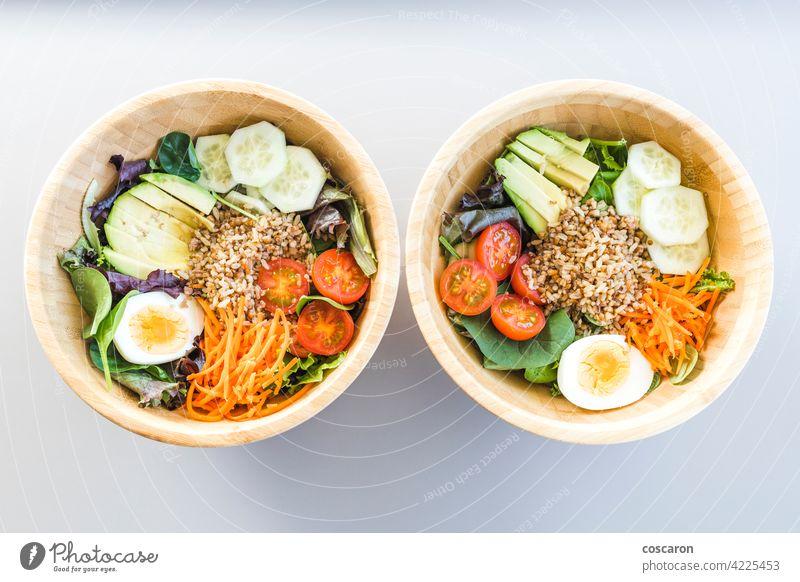 Brauner Reissalat mit Karotte, Ei, Gurke, Avocado, Tomate und Feldsalat oben Antioxidans asiatisch Hintergrund Schalen & Schüsseln braun Buddha-Schale Möhre