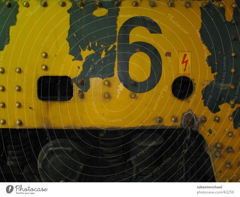 Nr. 6 alt blau rot gelb Farbe Wand Metall dreckig Schilder & Markierungen Eisenbahn Industrie Sicherheit Elektrizität retro fahren Schriftzeichen