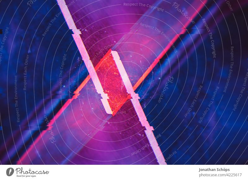 futuristische Kristallform mit Glitch Effekt Menschenleer Farbfoto glitch effect Anaglyph fehler bunt hintergrund digital muster panne pixelkunst signale