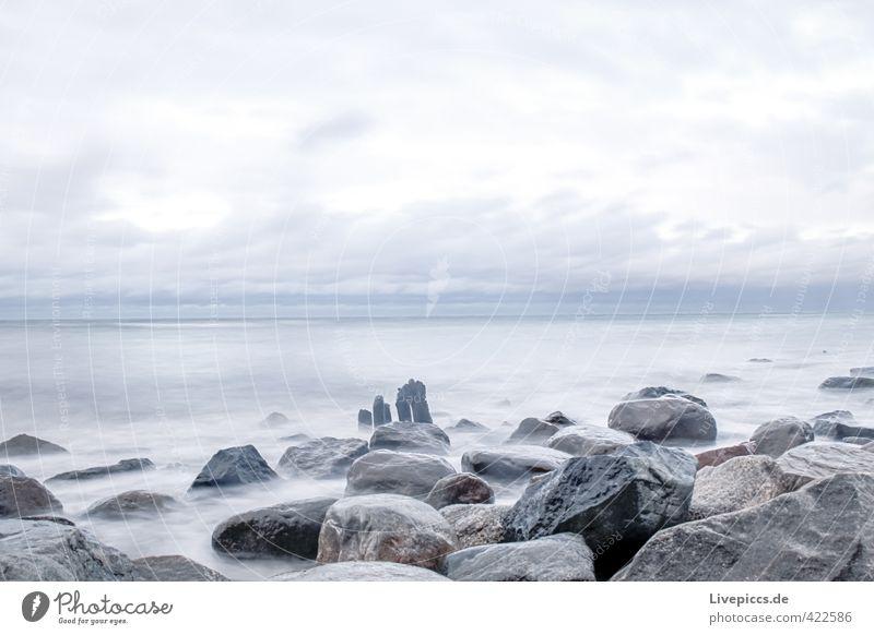 Ostseeküste Strand Meer Umwelt Natur Urelemente Wasser Himmel Wolken Herbst Wind Wellen Küste Stein Sand Holz frisch kalt wild blau grau Ferne Farbfoto