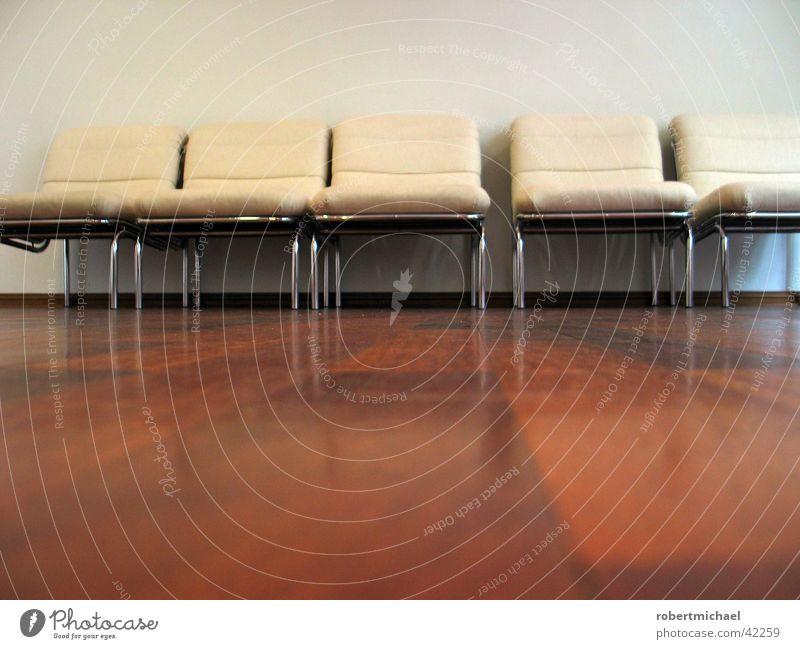 Warteraum alt weiß Einsamkeit Arzt Erholung oben Holz klein Mauer Beine Raum gehen liegen sitzen Freizeit & Hobby groß