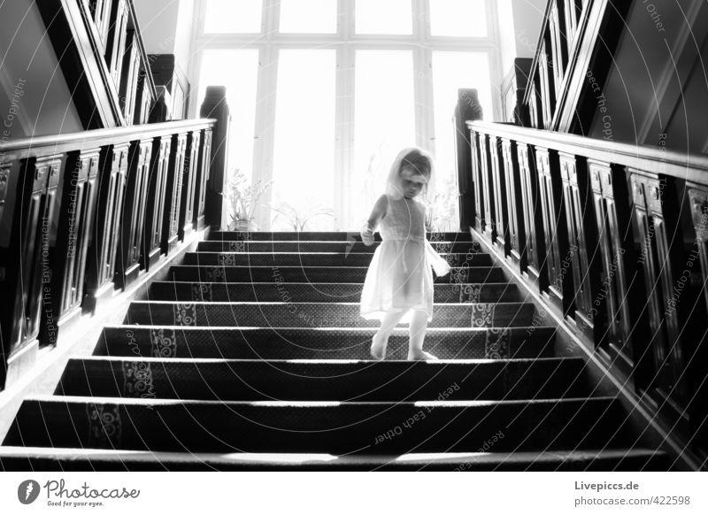 im Schloss Mensch feminin Kind Kleinkind Körper 1 1-3 Jahre Treppe Fenster Bekleidung Kleid Holz gehen ästhetisch elegant hell Wärme weich schwarz weiß Romantik