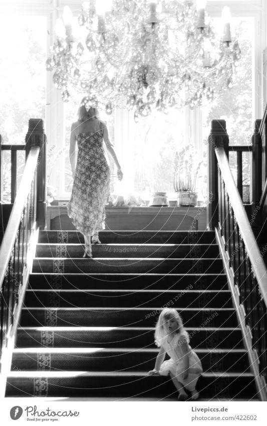 ...auf der Treppe Mensch Frau Kind weiß schwarz Erwachsene Fenster feminin Bewegung gehen Körper Treppe elegant sitzen warten leuchten