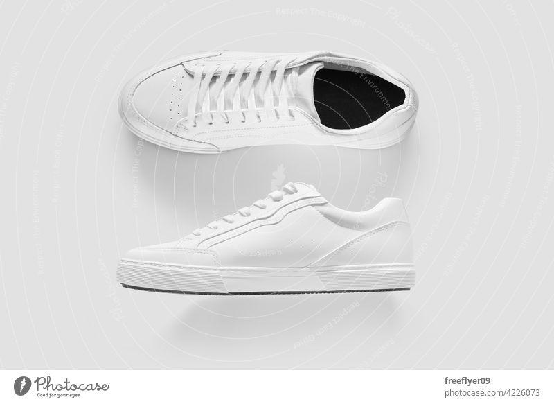 Mockup der Seite und Oberseite von weißen generischen Turnschuhen Attrappe Bekleidung vereinzelt Textfreiraum Schuhe Elektronischer Geschäftsverkehr E-Commerce