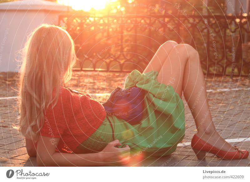 Örchi Mensch feminin Frau Erwachsene Körper 1 18-30 Jahre Jugendliche Zaun Bekleidung Kleid leuchten liegen hell kaputt Wärme weich Gelassenheit geduldig ruhig