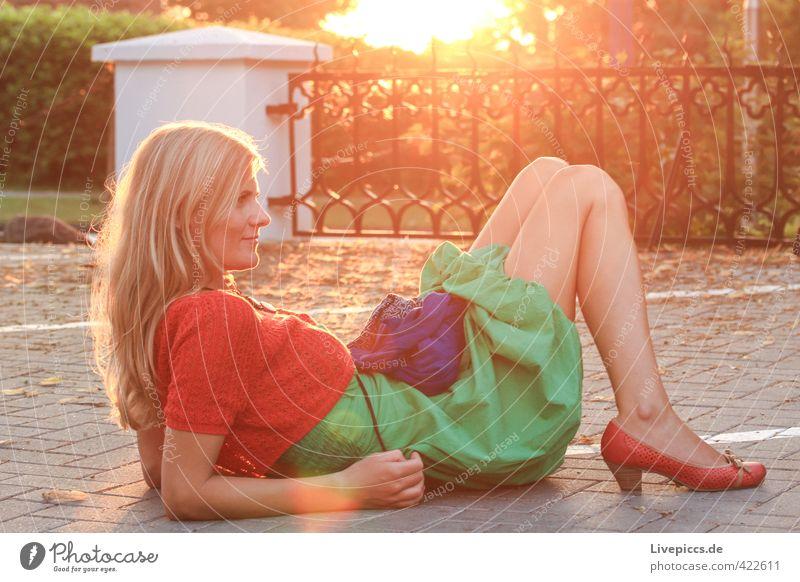 Örchi Mensch feminin Frau Erwachsene Körper 1 18-30 Jahre Jugendliche Sonne Sonnenaufgang Sonnenuntergang Sonnenlicht Sommer Pflanze Sträucher Zaun Kleid Tasche