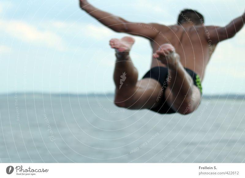 Drop me in the Water 3 Sport Wassersport Schwimmen & Baden Mann Erwachsene 18-30 Jahre Jugendliche Küste Ostsee Meer Badehose springen blau grün Schweben Mut