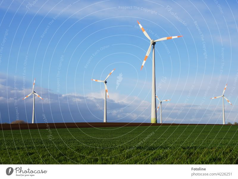 Hier wird Windenergie erzeugt. Windräder drehen sich vor einem wolkigen Himmel. Windrad Windkraftanlage Energie Erneuerbare Energie Energiewirtschaft