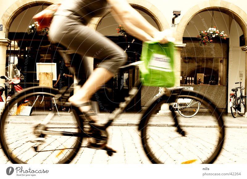 In the city Stadt kaufen Frau Stadtzentrum Mitte Geschwindigkeit Mountainbike Tüte grün Fahrrad Verkehr Fahrrard Kopfsteinpflaster Arkaden Münster Altstadt
