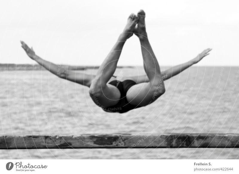 Drop me in the Water 1 Wassersport Turmspringen maskulin Körper Mensch 18-30 Jahre Jugendliche Erwachsene Strand Ostsee Seebrücke Badehose fallen fliegen Sport