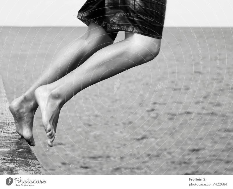 Drop me in the Water 2 Schwimmen & Baden Junge Beine 1 Mensch 8-13 Jahre Kind Kindheit Ostsee Meer Badehose Balken springen Freude Schwarzweißfoto Außenaufnahme