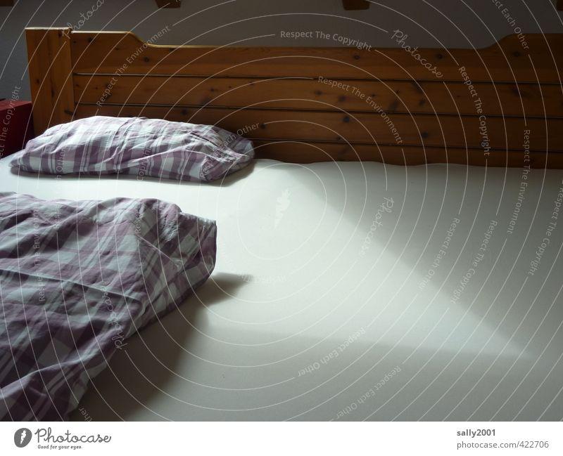 lonely... Einsamkeit Erholung ruhig Traurigkeit liegen Angst Wohnung Häusliches Leben einzeln schlafen Hoffnung einzigartig Bett Bettwäsche gemütlich Trennung
