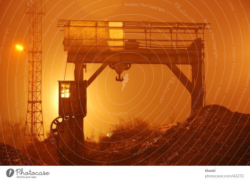 n8schicht Kran Nebel Nacht verladen Licht Langzeitbelichtung Industrie Eisenbahn Bahnhof Ware Güterverkehr & Logistik Scheinwerfer night fog