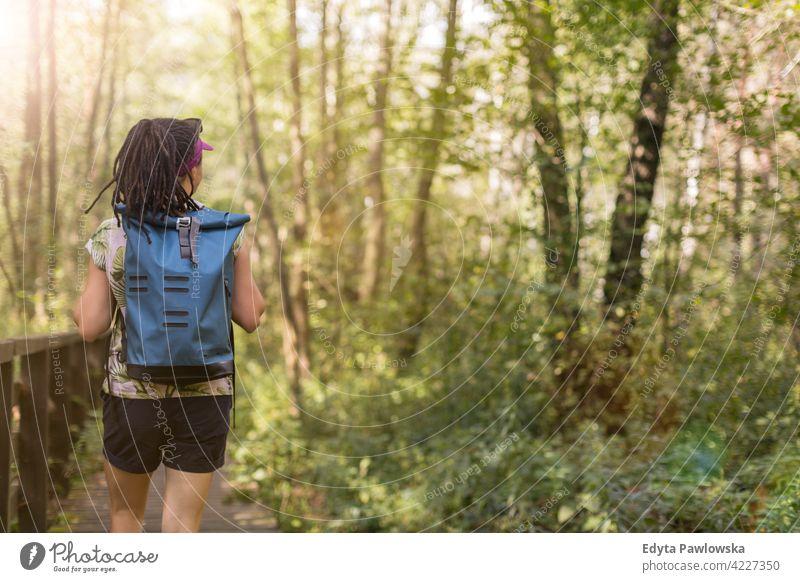 Junge Frau beim Wandern im Wald Sommer Natur wild grün Menschen im Freien eine Person Glück Kaukasier Wildnis Pflanze Baum Polen Tag Ruhe tagsüber schön