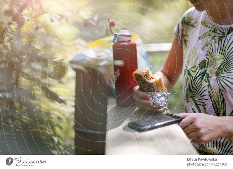 Weiblicher Wanderer, der eine Pause macht und ein Sandwich isst Sommer Natur Wald wild grün Menschen im Freien eine Person Glück Kaukasier Wildnis Pflanze Baum
