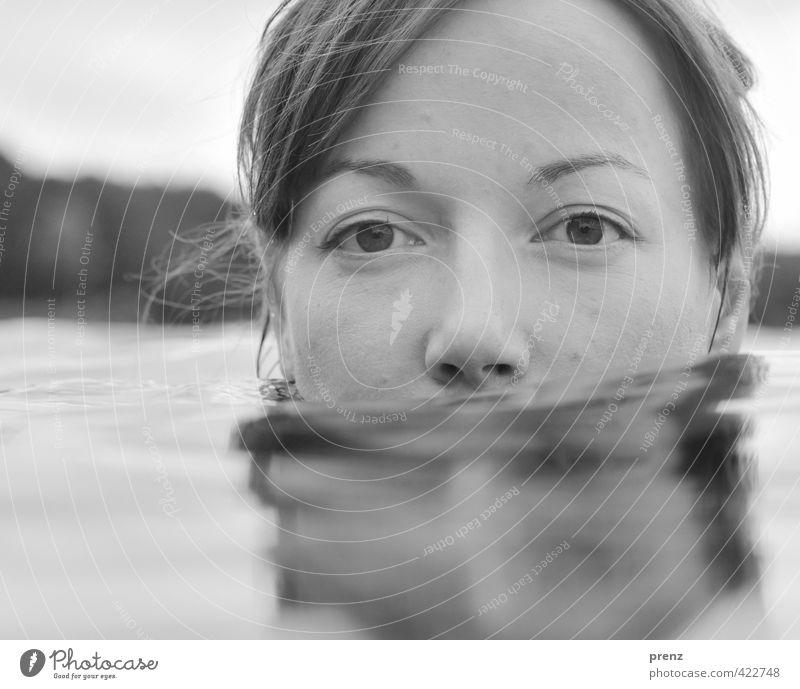 Stilles Wasser 1 Mensch feminin Junge Frau Jugendliche Erwachsene Kopf 18-30 Jahre Umwelt Natur See Schwimmen & Baden grau ruhig Schwarzweißfoto Außenaufnahme