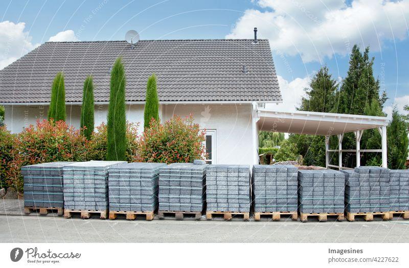 Bauarbeiten in Sicht. Pflastersteine Paletten vor einem Wohngebäude geliefert zum Verlegen bereit einer Einfahrt Gebäude Haus Architektur Himmel neu außen Dach