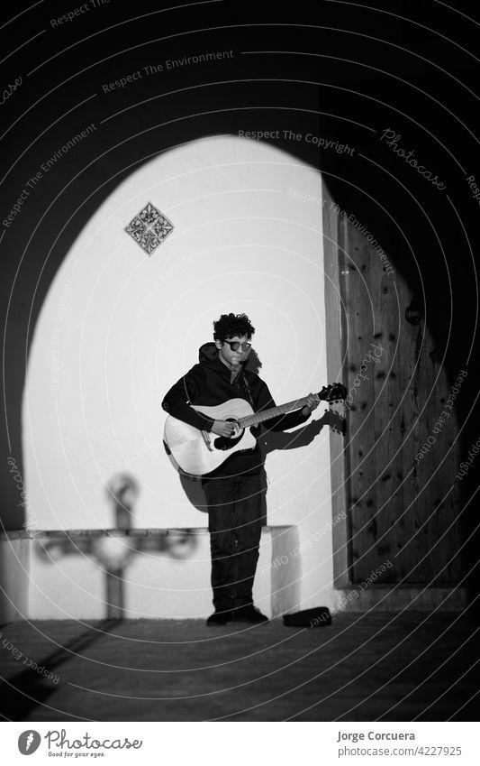 junge Sängerin mit einer Akustikgitarre vor der Tür einer Kirche. Künstlerin Gitarrenspieler Schulunterricht Kaukasier geistig Musik Instrument Musiker