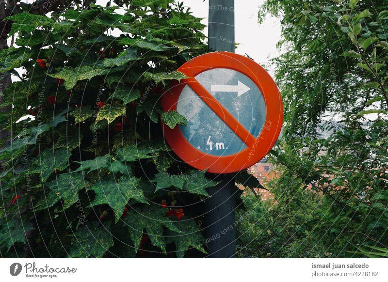 Parkverbot auf der Straße siganl parken verboten Verbot Ampel Verkehrsgebot signalisieren Pfeil rot blau Ermahnung Großstadt Verkehrsschild Zeichen Symbol Weg