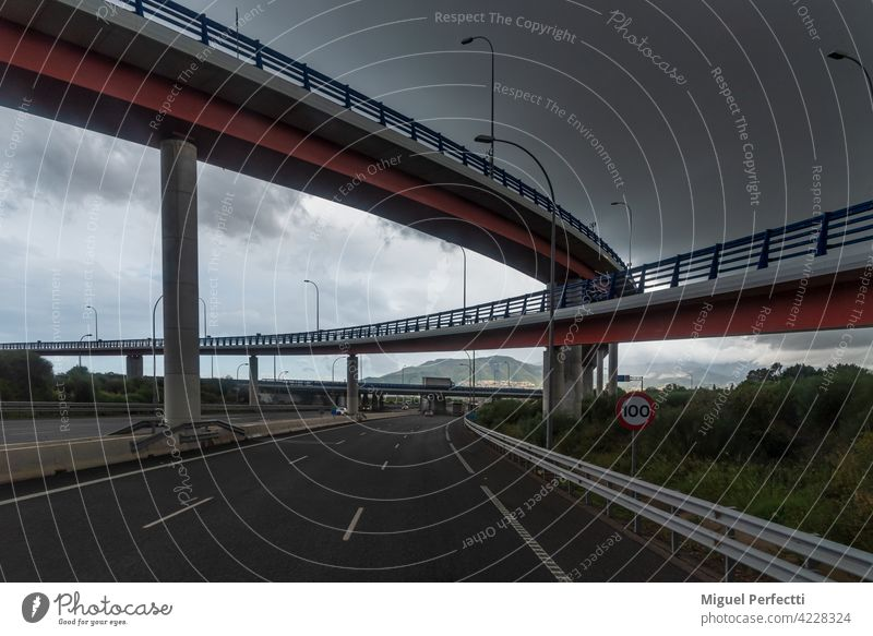Mehrere Brücken, die eine Autobahn überqueren, bei bewölktem Himmel. Straße Architektur reisen Struktur Überfahrt Infrastruktur Verkehr Großstadt Abenddämmerung
