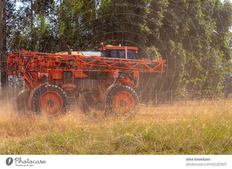 Landwirtschaftliche Spritze, die sich auf einem Feldweg bewegt landwirtschaftlich Ackerbau Agronomie Müsli Landschaft Ernte kultivieren kultiviert Schmutz