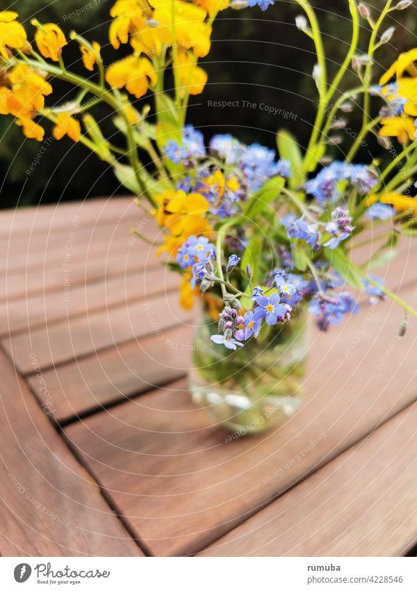 Blaue und gelbe Frühlingsblumen in Vase Gartenblume Blume Wildblume Frühlingsgefühle abstrakt Natur ästhetisch Außenaufnahme Blumenstrauß lila Tisch braun