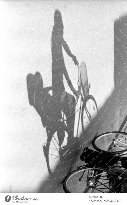 Im Schatten radeln. Fahrrad kind mutter schatten fahrradweg schnell ökoligisch co2 kindersitz einkaufen ausflug eltern familie