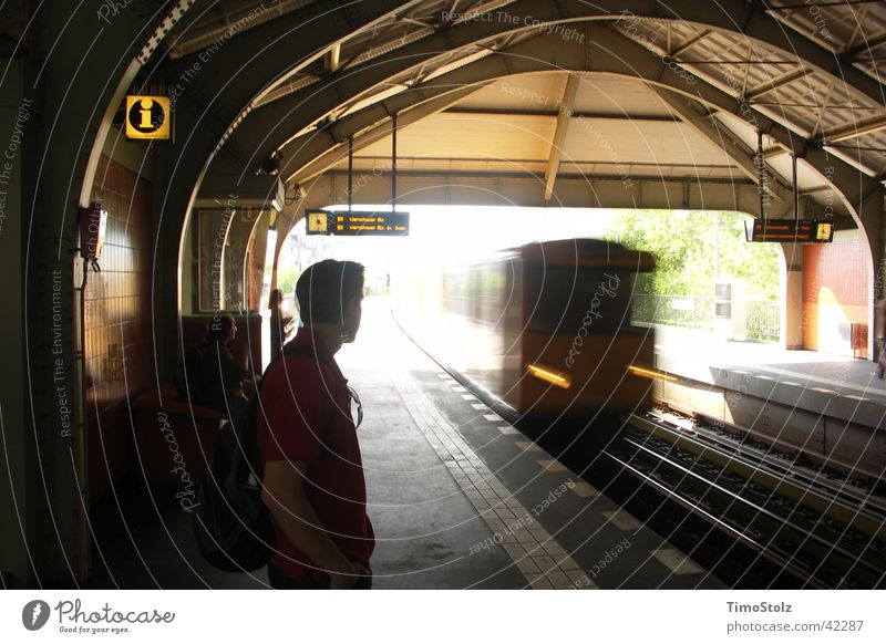 U-Bahnhof Berlin Verkehr Geschwindigkeit fahren S-Bahn Ankunft Einfahrt Kreuzberg