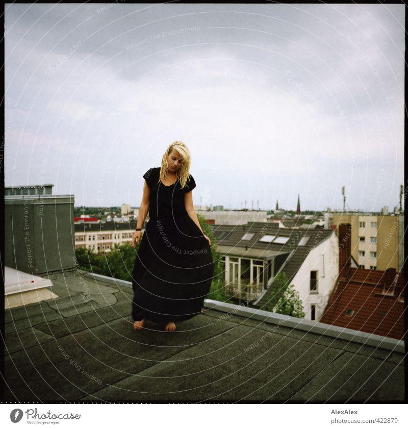 Aufgestiegen Jugendliche Stadt schön Junge Frau Wolken Haus schwarz Erwachsene Umwelt 18-30 Jahre Bewegung Stil Fuß Körper blond authentisch