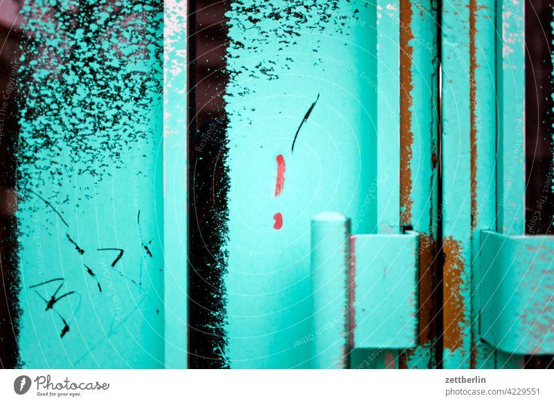 Besprühte Tür aussage botschaft eingang farbe gesprayt grafitti grafitto illustration kunst mauer message nachricht parole politik sachbeschädigung schrift