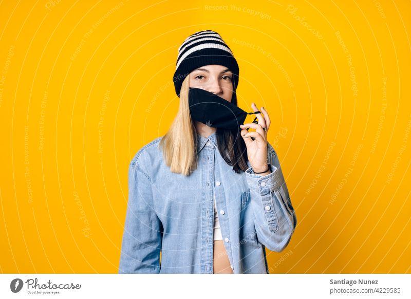 Mädchen trägt Gesichtsmaske Porträt abfliegend Coronavirus Schutz neue Normale neue Normalität Deckung deckend Mundschutz COVID19 Sicherheit Pandemie Atelier