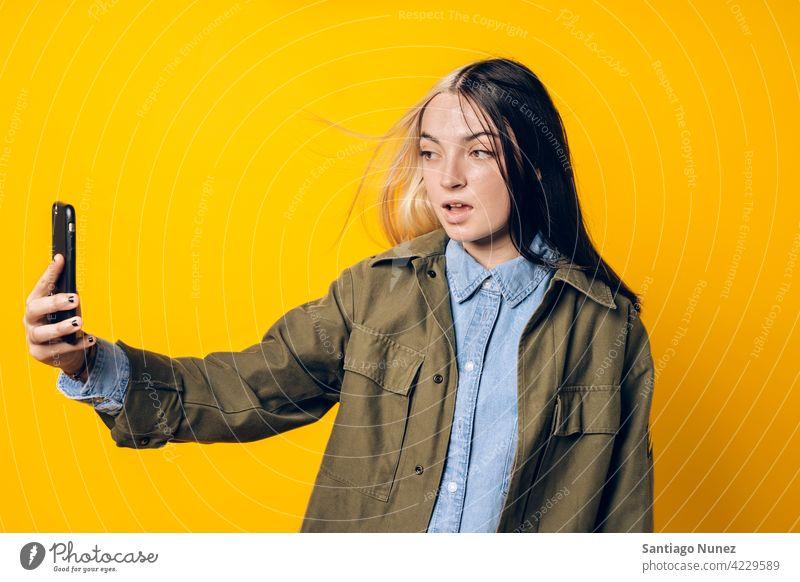 Cooles Mädchen nimmt Selfie fotografierend Foto Fotografie Telefon per Telefon Funktelefon Blick Smartphone benutzend Mitteilung Technik & Technologie Handy