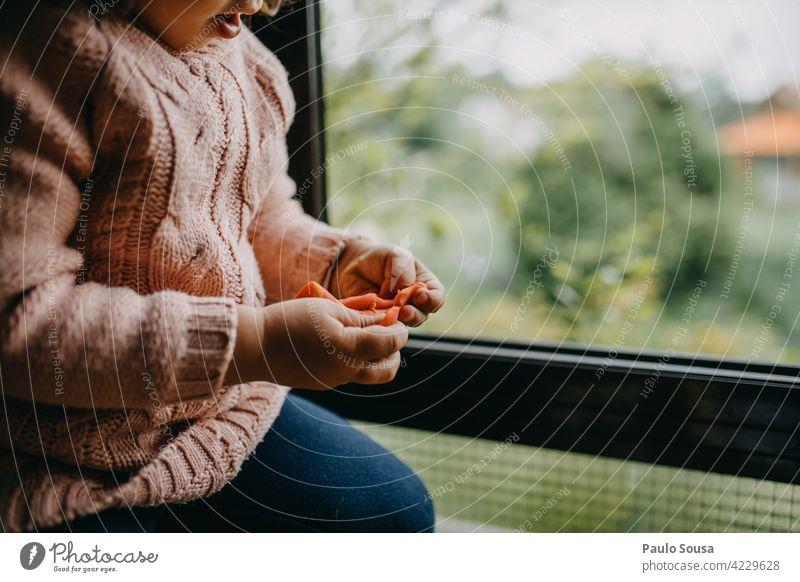 Nahaufnahme Kind spielt mit Plastilin Knetgummi Modellierung Spielen regnerisch Freude Hand Kindheit Kleinkind Knetmasse Mensch Regen Makroaufnahme Farbfoto