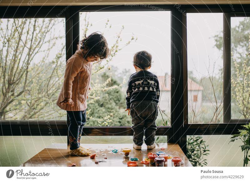 Bruder und Schwester spielen zu Hause Geschwister Zusammensein Zusammengehörigkeitsgefühl Familie & Verwandtschaft 1-3 Jahre Kaukasier Junge Mädchen Kind
