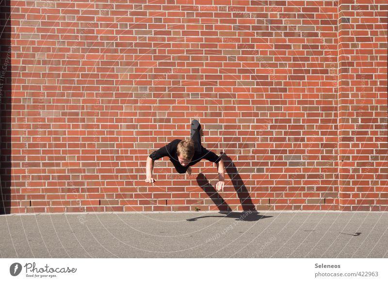 Bodenverfehlung Sommer Sonne Mensch maskulin Mann Erwachsene 1 Mauer Wand Fassade Backstein fallen Sport springen sportlich Farbfoto Außenaufnahme