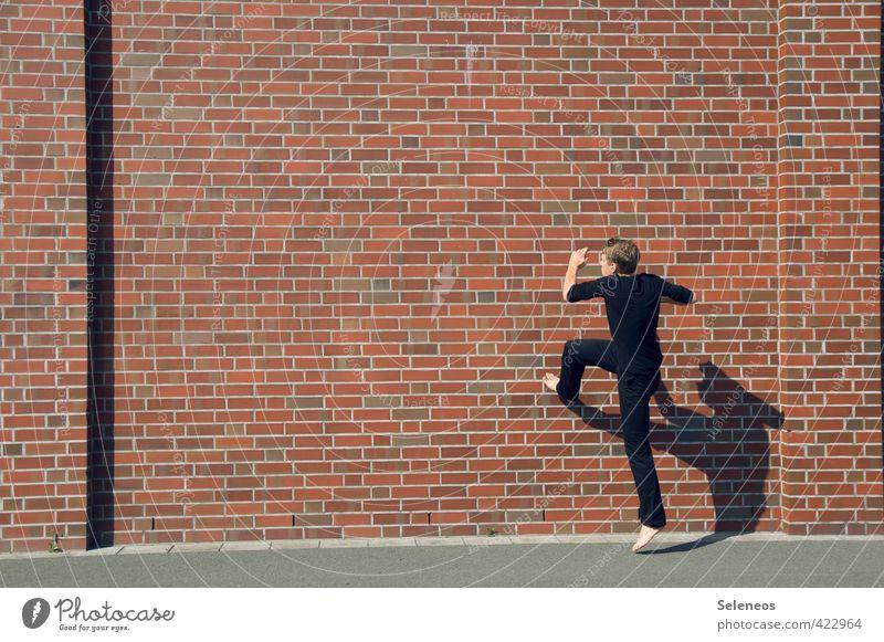 Wände hochgehen! Haus Mensch maskulin Mann Erwachsene 1 Sommer Schönes Wetter Stein laufen Wut Gefühle Euphorie Coolness Mut Tatkraft Ärger Frustration Licht