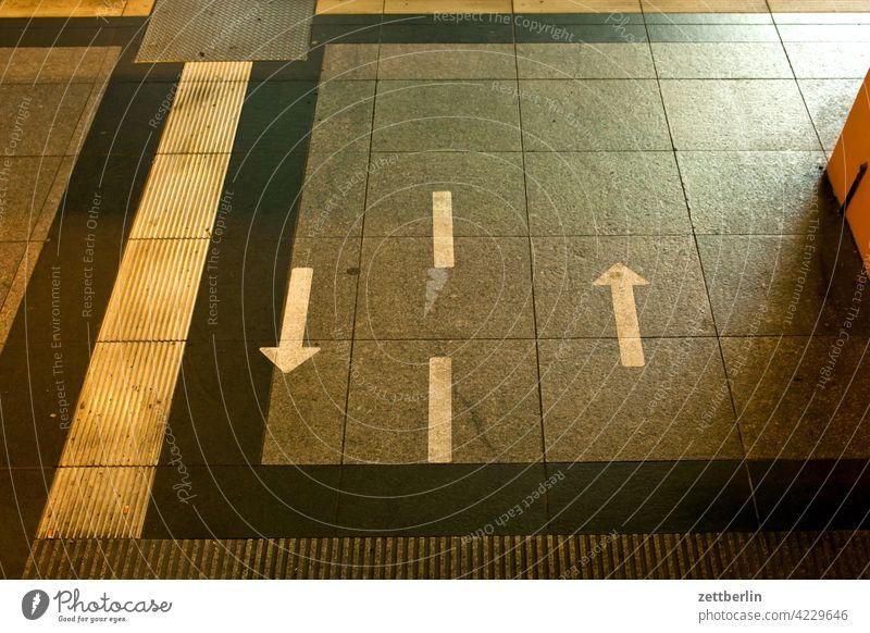 Pfeile nach vorn und zurück abbiegen asphalt ecke fahrbahnmarkierung hinweis kante kurve linie links navi navigation orientierung pfeil rechts richtung straße