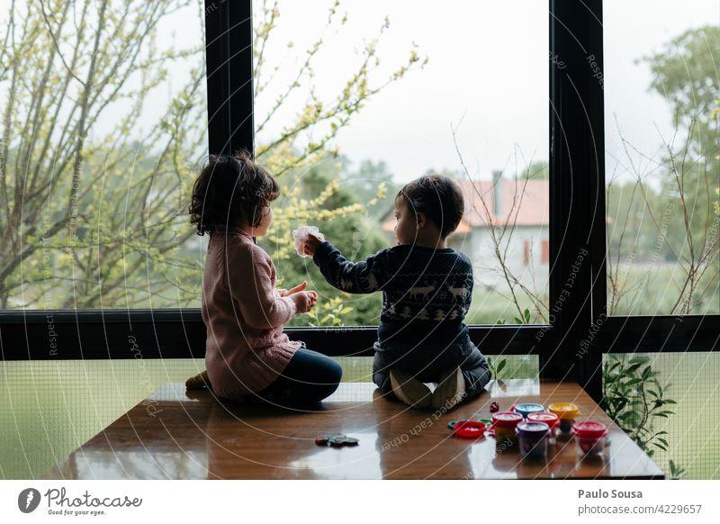 Bruder und Schwester spielen Geschwister Familie & Verwandtschaft Kind 1-3 Jahre Kaukasier Zusammensein Zusammengehörigkeitsgefühl authentisch Fenster