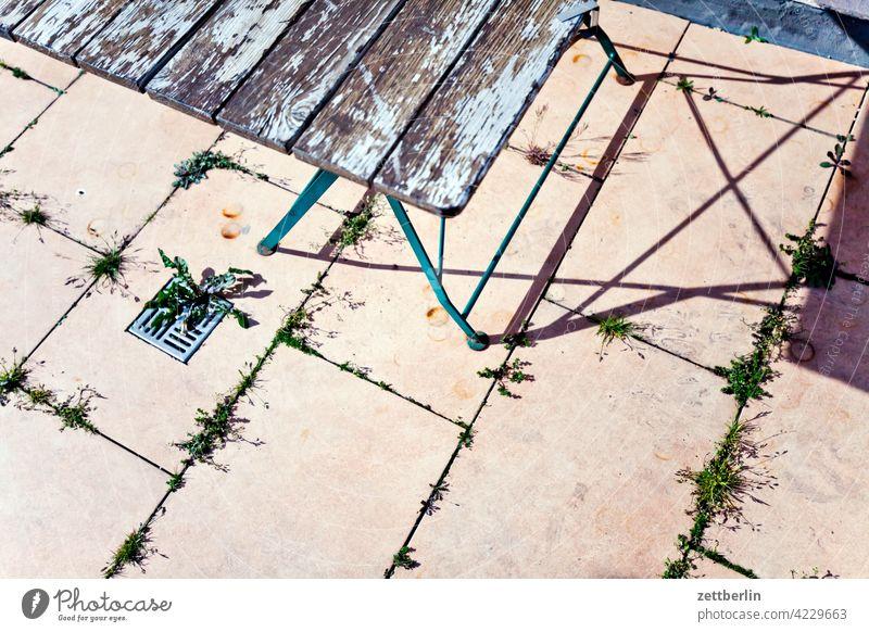 Gartentisch auf der Terrasse abstellplatz licht schatten sonne klapptisch möbel campingmöbel gastronomie biergarten terrasse cafe straßencafe corona unbenutzt