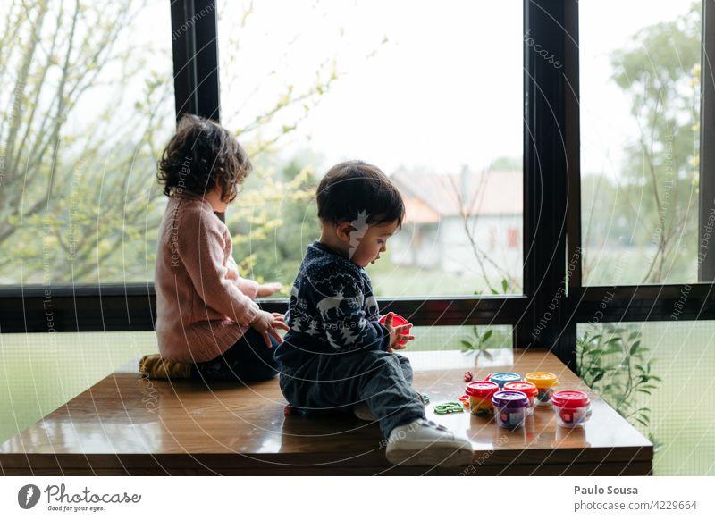 Bruder und Schwester am Fenster Geschwister Kind 1-3 Jahre Kaukasier Junge Mädchen regnerisch Zusammensein Kindheit Farbfoto Mensch Kleinkind Tag 2 Leben