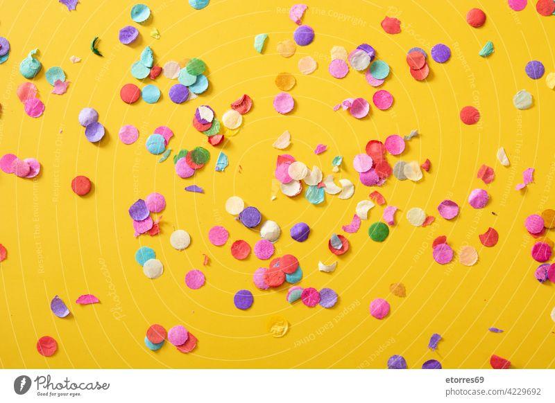 Buntes Konfetti auf gelbem Hintergrund Feier Party Geburtstag blau Anbetung Kunst hell kreisen Farbe farbenfroh Konzept copyspace Dekoration & Verzierung