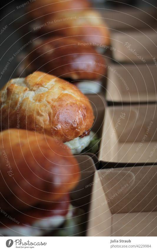 Burger in der Reihe burger Burgerbrötchen Burgerlove Salat soße veggie hausgemacht selbstgebacken ökologisch Verpackung Boxen Essen zum Mitnehmen Togo to go