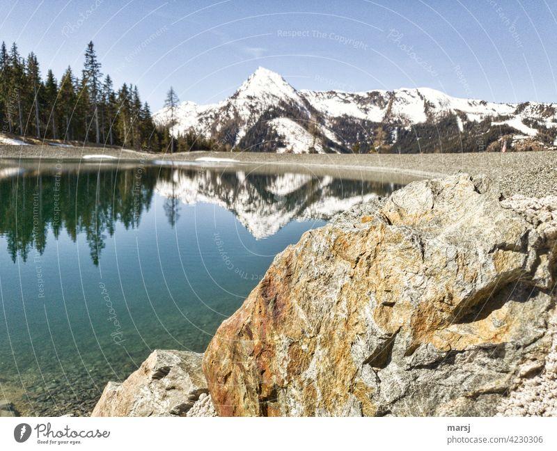 Schoberspitze, die sich im Bergsee spiegelt. Mit Felsen im Vordergrund. Spiegelung Einsamkeit Vorfreude Hoffnung Tourismus Berge u. Gebirge Himmel Wolken Alpen