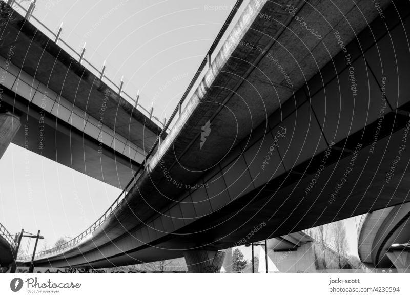 Stadtautobahn kreuz und quer Brücke Wolkenloser Himmel Brückenkonstruktion Architektur Verkehrswege Kontrast Bauwerk Autobahn Strukturen & Formen Symmetrie