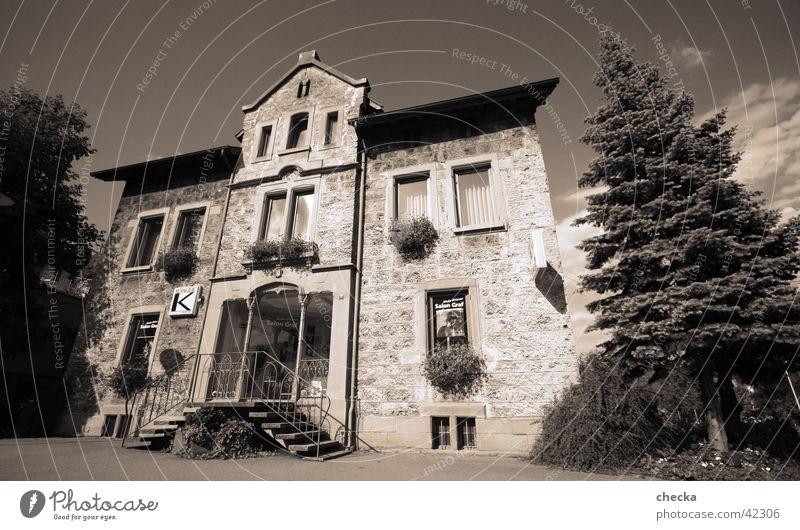 Salon Haus Wohnzimmer Architektur Klischee Hotel Pension Unterkunft Fassade Eingang Schwarzweißfoto Außenaufnahme Menschenleer Tag Weitwinkel