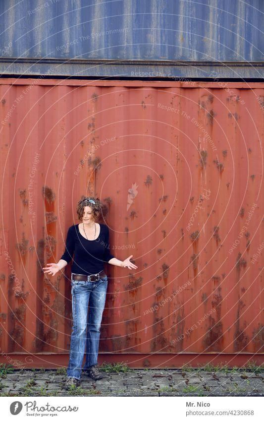 Fragender Blick Container Frau Hafen Kopfsteinpflaster Güterverkehr & Logistik Rost Porträt fragend gestikulieren Mode rot blau stehen beobachten abwartend