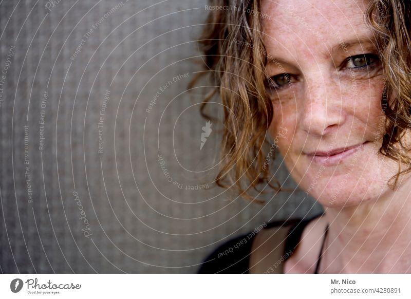 lockiges Porträt Frau feminin schön Kopf Gesicht Lächeln Locken selbstbewußt Zufriedenheit Warmherzigkeit Sympathie Gesichtsausdruck Haut natürlich Wohlgefühl