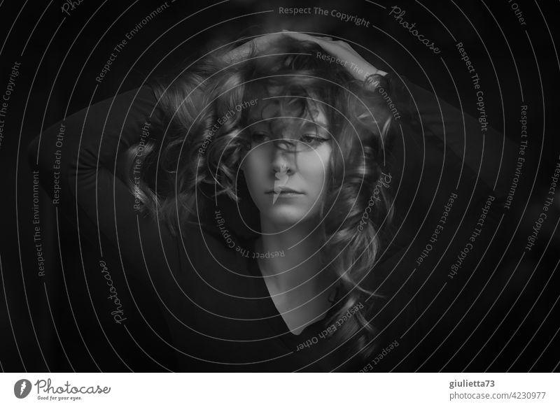 Lebensbrüche | Schwarzweiß-Porträt einer traurigen, jungen Frau Junge Frau Fensterscheibe melancholie resignieren Resignation Krise Auszeit Depression