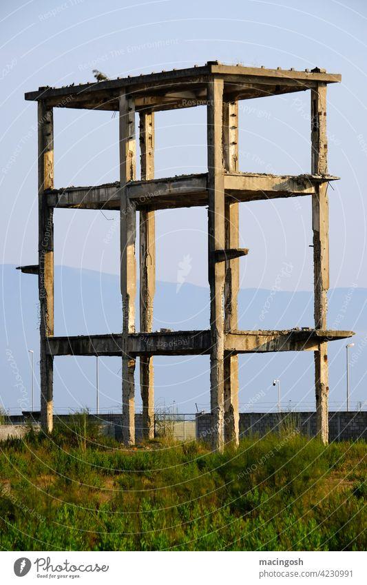 Bauruine in Südosteuropa am Spätnachmittag Albanien Bauboom Rohbau Beton Architektur menschenleer niemand Gebäude Lost Place Baustelle kaputt Ruin Pleite