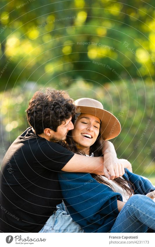 junges Paar, das sich im Park liebt schön Freund lässig heiter Tag Familie Frau Spaß Fröhlichkeit Glück Lachen Freizeit Lifestyle Liebe männlich Mann Natur